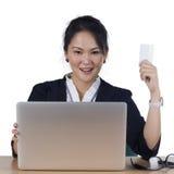 Glückliche Frau, die online kauft, zahlend mit Kreditkarte. lizenzfreie stockfotos