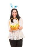 Glückliche Frau, die Ostern-Korb gibt lizenzfreie stockbilder