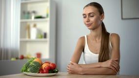 Glückliche Frau, die Platte mit Gemüse, gesunde Nahrung, Lebensstil des strengen Vegetariers betrachtet lizenzfreie stockfotografie
