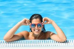 Glückliche Frau, die Pool in der tropischen Rücksortierung auf Sommer genießt Lizenzfreie Stockfotos