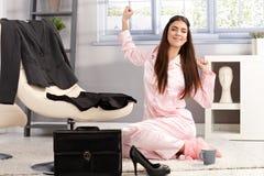 Glückliche Frau, die in Pyjama ausdehnt stockfoto