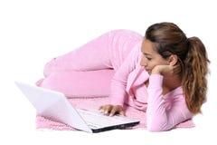 Glückliche Frau, die rückwärts mit Laptop schaut Lizenzfreie Stockfotos