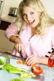 Glückliche Frau, die Salat bildet lizenzfreie stockfotografie