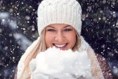 Glückliche Frau, die Schnee anhält Lizenzfreie Stockbilder