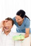 Glückliche Frau, die seinem Freund ein Geschenk gibt Stockbilder
