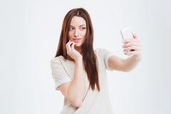 Glückliche Frau, die selfie Foto auf Smartphone macht Stockfotografie