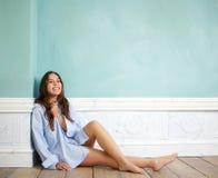 Glückliche Frau, die sich zu Hause entspannt Stockfoto