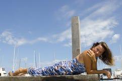 Glückliche Frau, die sonnigen Tag am Jachthafen genießt Lizenzfreies Stockfoto
