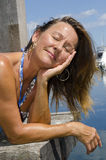 Glückliche Frau, die sonnigen Tag am Jachthafen genießt Lizenzfreies Stockbild
