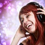 Glückliche Frau, die Spaß mit Musikkopfhörern hat stockfotos