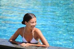 Glückliche Frau, die Swimmingpool-Erholungsortferien genießt lizenzfreie stockfotos