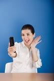 Glückliche Frau, die am Telefon benennt Stockfoto