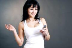 Glückliche Frau, die Telefonaufruf empfängt Stockfoto