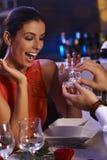 Glückliche Frau, die Verlobungsring erhält Stockfotografie