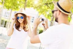 Glückliche Frau, die vor der Kamera aufwirft Lizenzfreie Stockfotos