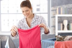 Glückliche Frau, die Wäscherei tut stockbilder