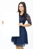 Glückliche Frau, die weißes leeres Papier hält Stockfotografie