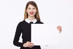 Glückliche Frau, die weißes leeres Papier hält Lizenzfreies Stockfoto