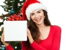 Glückliche Frau, die Weihnachtsgeschenk hält Lizenzfreies Stockbild