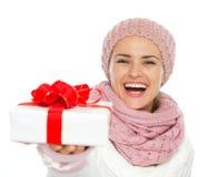 Glückliche Frau, die Weihnachtsgeschenkkasten gibt stockbild