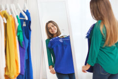Glückliche Frau, die zu Hause Garderobe der Kleidung wählt Lizenzfreie Stockfotografie