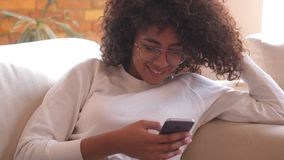 Glückliche Frau, die zu Hause Handy verwendet stock video footage