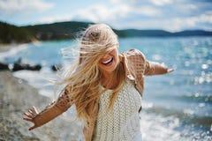 Glückliche Frau draußen Lizenzfreies Stockfoto