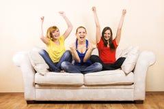 Glückliche Frau drei auf einem Aufenthaltsraum lizenzfreies stockfoto