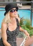 Glückliche Frau durch das Pool Lizenzfreie Stockbilder