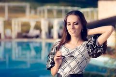 Glückliche Frau durch das Pool Sommerferien genießend Lizenzfreie Stockfotos
