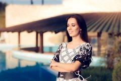Glückliche Frau durch das Pool Sommerferien genießend Lizenzfreies Stockbild
