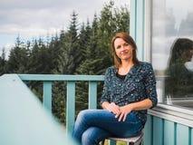 Glückliche Frau an einem Balkon Lizenzfreie Stockfotos