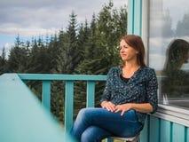 Glückliche Frau an einem Balkon Lizenzfreies Stockfoto