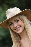 Glückliche Frau in einem modischen Hut Lizenzfreies Stockfoto