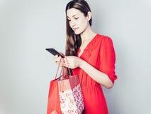 Glückliche Frau in einem roten Kleid lizenzfreies stockbild