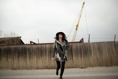 Glückliche Frau in einer schönen grauen Wolljacke und schwarzer Hut haben Spaß in der Landschaft lizenzfreie stockfotografie