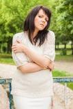Glückliche Frau in einer Strickjacke Stockfotos