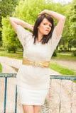 Glückliche Frau in einer Strickjacke Lizenzfreies Stockfoto