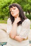 Glückliche Frau in einer Strickjacke Stockfoto