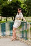 Glückliche Frau in einer Strickjacke Lizenzfreie Stockfotografie