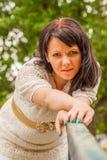 Glückliche Frau in einer Strickjacke Stockbilder