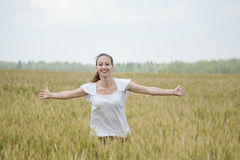 Glückliche Frau in einer Wiese Lizenzfreie Stockfotografie