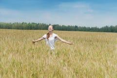 Glückliche Frau in einer Wiese Stockfotos