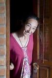 Glückliche Frau empfängt einen Besuch stockfoto