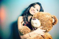 Glückliche Frau empfing einen Teddybären an der Feier Stockbild
