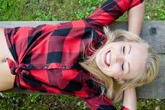 Glückliche Frau entspannt im Grün Lizenzfreie Stockbilder