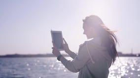 Glückliche Frau erreicht die Küste, nimmt Selbstporträt mit Tablette stock footage