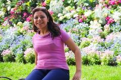 Glückliche Frau am Garten lizenzfreie stockfotos