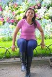 Glückliche Frau am Garten lizenzfreie stockfotografie