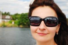 Glückliche Frau gegen unscharfe Landschaft Stockfoto